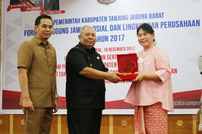 Bupati Tanjabbar Safrial saat memberikan penghargaan kepada Vice President Human Resource and Services PetroChina International Companies In Indonesia, Maryke PY Pulunggono