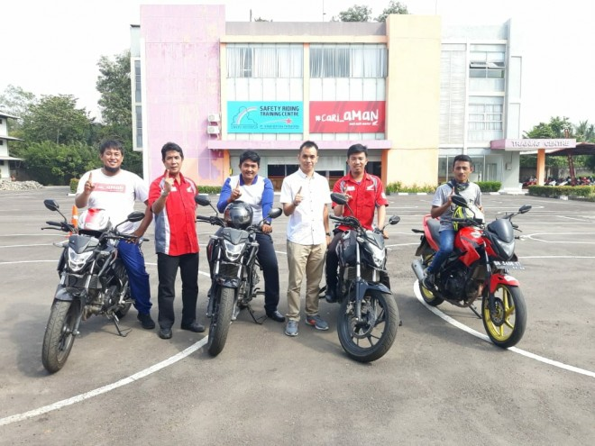 Erwin Susanto (GM Marketing SinSen) dan Eko Prayitno (Kacab Astramotor Jambi) saat mendampingi peserta yang mewakili jambi di pemusatan latihan safety riding SinSen Paal 6