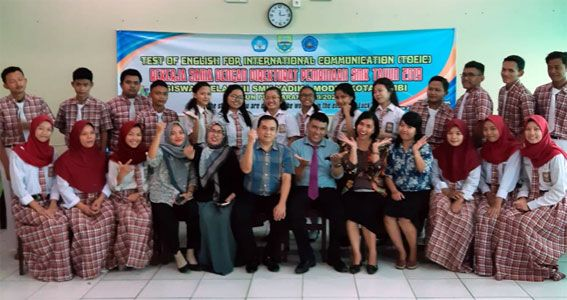 Foto bersama siswa dan guru SMK Yadika Jambi usai mengikuti ajang Test of English for International Communication (TOEIC) yang digelar Direktorat PSMK