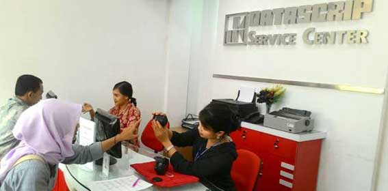 Customer Service tengah melayani pelanggan di Datascrip Service Center Jambi.